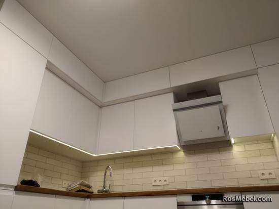 Белая кухня со столешницей под дерево