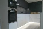 Кухня с островом графитовый верх, белый низ