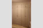 Встроенный шкаф с распашными дверьми