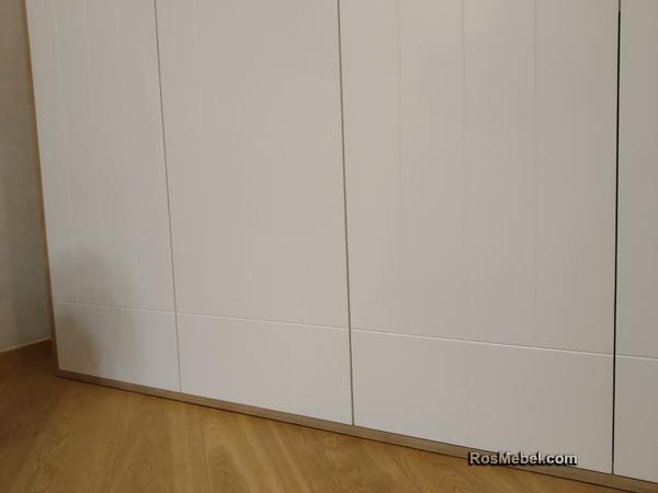Шкаф с контрастной обвязкой по периметру